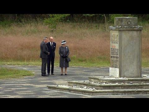 Rainha Elizabeth visita campo de concentração pela primeira vez