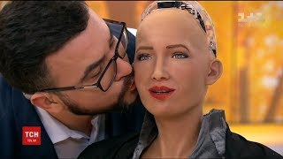 Робот Софія дозволила Руслану Сенічкіну себе поцілувати