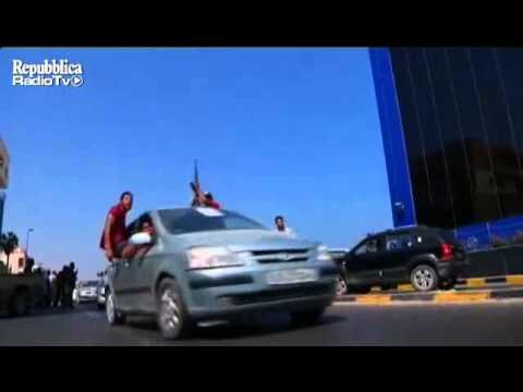 المتمردون يحتلون طرابلس - Rebels stream into Tripoli