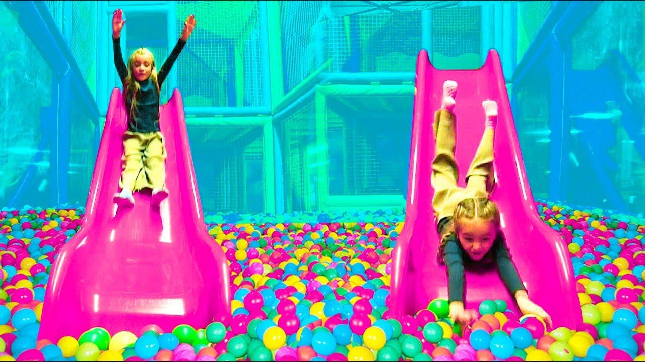 Las Ratitas juegan en el parque de bolas de colores con las pinypon