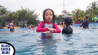 Chikamimi Belajar Berenang di Kolam Renang Waterpark
