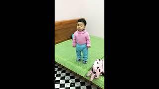 Bé gái mới 13 tháng mà cãi mẹ nhem nhẻm - Góc hài hước