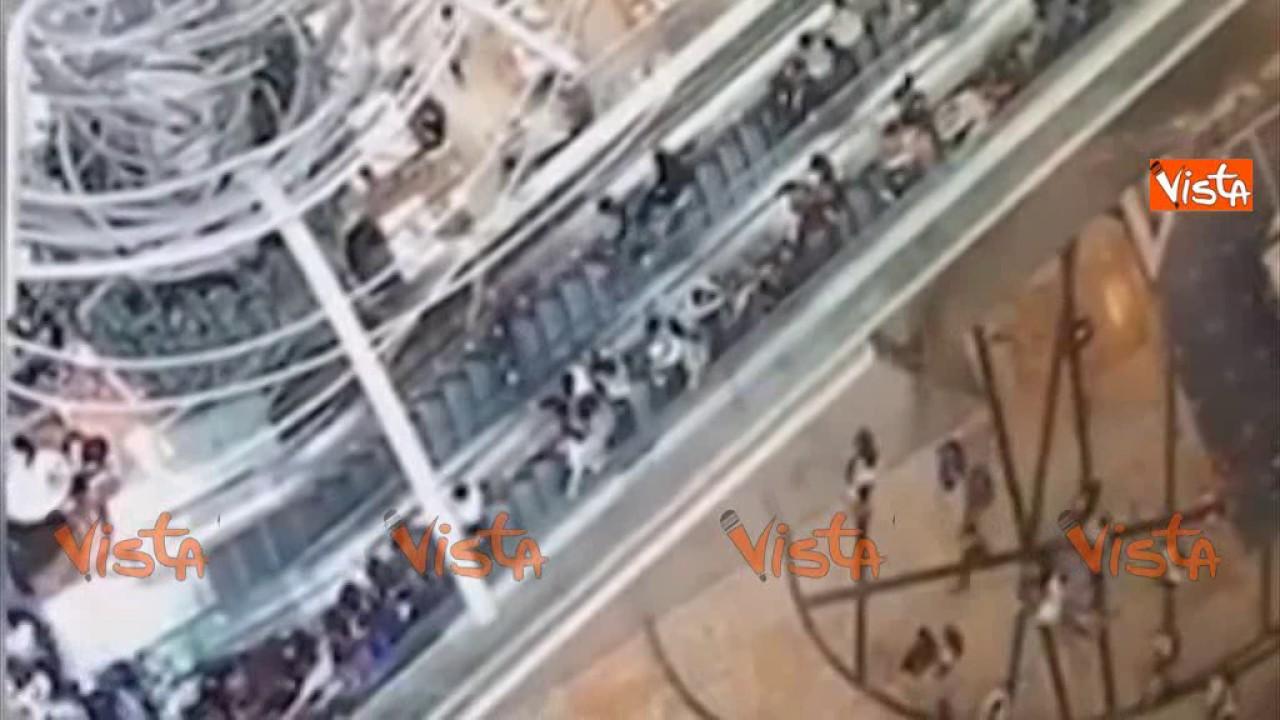 Scale mobili impazzite al centro commerciale di hong kong for Centro italiano mobili