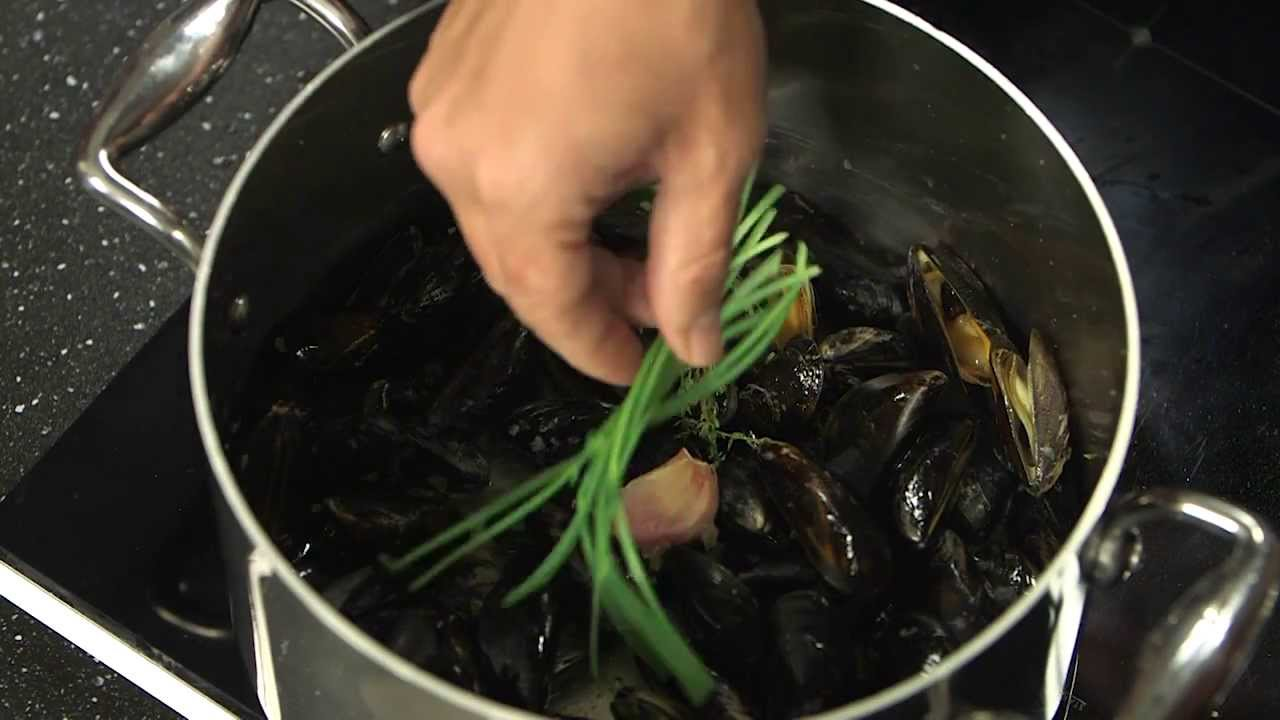 technique de cuisine cuire des moules youtube. Black Bedroom Furniture Sets. Home Design Ideas