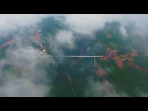 Как выглядит самый высокий стеклянный мост в мире. Слабонервным не смотреть
