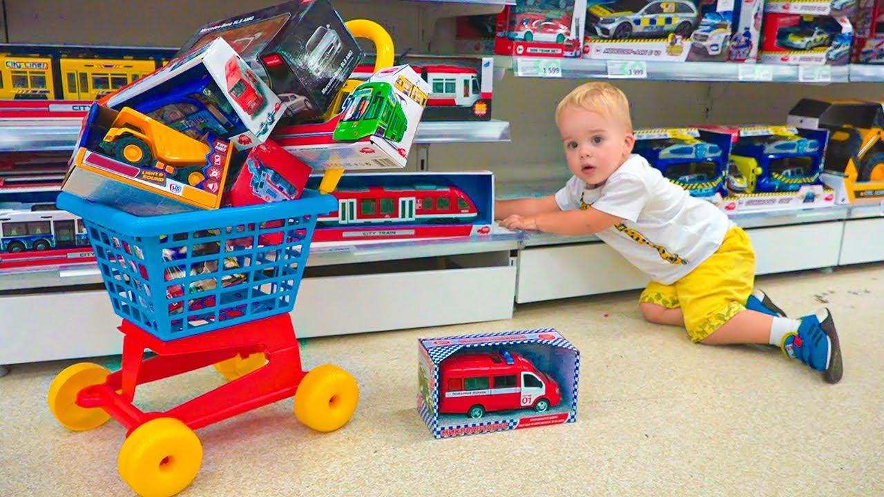 Chris dan ibu berbelanja di toko mainan