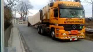 Schwertransport 36m lange Leimbinder durch Kuhkaff Bruckberg
