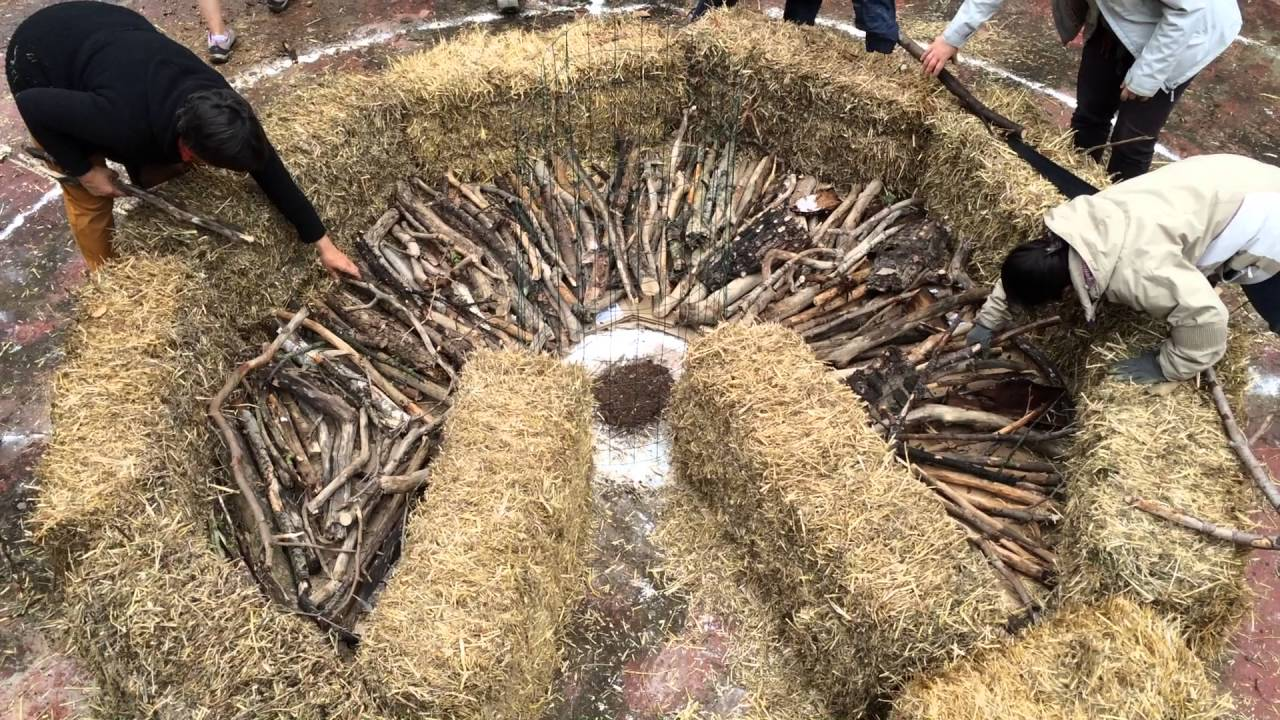 Jardin mandala de permaculture, la pose des bois du Keyhole Garden ...