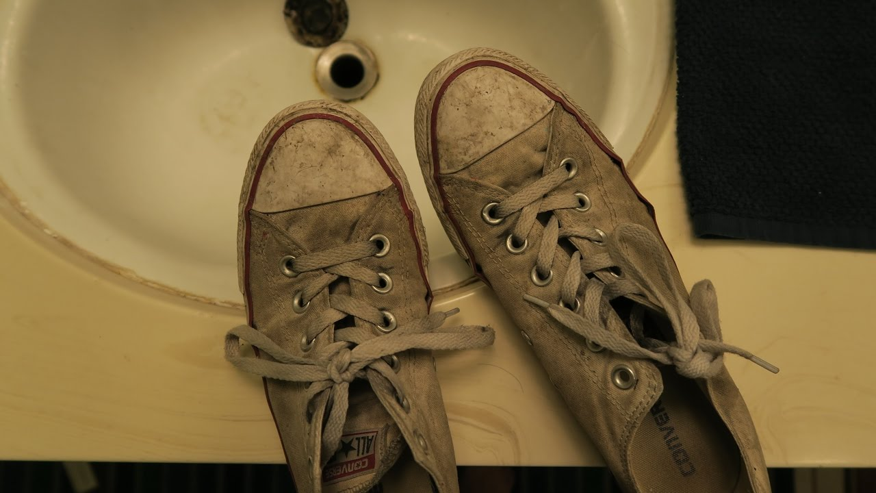 LIFE HACK: How to Clean White Converse