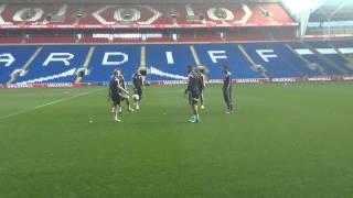 Keepy uppies Gareth Bale a chwaraewyr Cymru