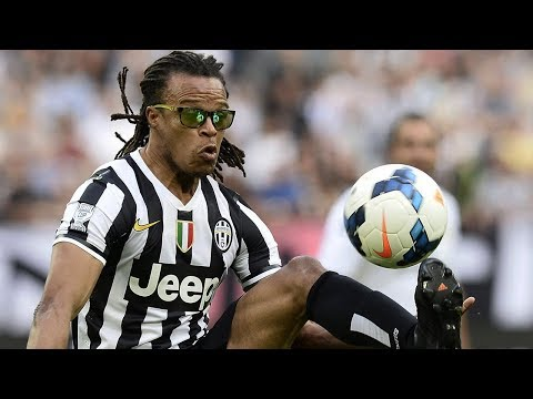 Why did Davids wear glasses while playing on the pitch?