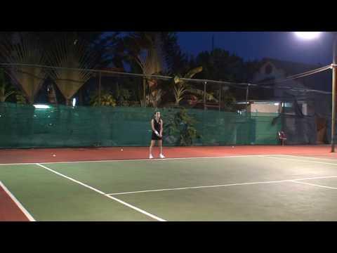 Chị Hằng tập Tennis