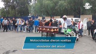 """Amigos y familiares del joven de 17 años se concentraron en la explanada de la puerta 15 del autodromo Hermanos Rodríguez, quienes decían a propios y extraños que murió en un """"accidente"""""""