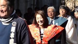 今年も上天気。年女は女優の芳本美代子さん。豆まきは例年の通り、古式...