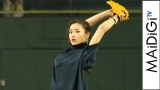 "Satomi Ishihara shows off non-bouncing pitch again with ""Tornado"" throwing style!"