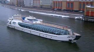 Яхта «Рэдиссон Ройал» разворачивается напротив парка Зарядье.
