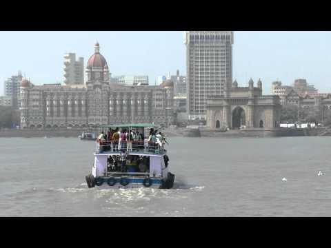 Hovercraft in harbor, Mumbai, India, 2016-02-14
