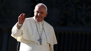 Magyarázkodhat Ferenc pápa a fenekelés miatt