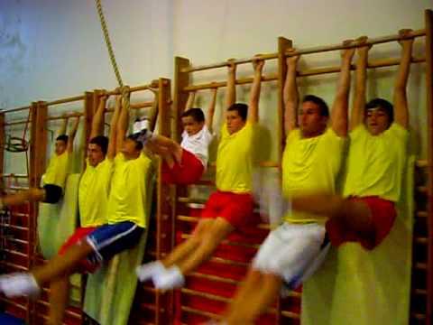 Preparacion fisica abdominales en espalderas youtube for Abdominales