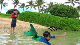 mermaid 人魚に隠された!! ラジコンボート 糸の出るおもちゃ 壊れちゃった?? おゆうぎ こうくんねみちゃん thumbnail