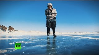 Бабушка-конькобежка: 76-летняя пенсионерка катается по замёрзшему Байкалу