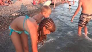 А вам слабо - поймать медузу? Вечерний пляж в Лазаревском. SOCHI RUSSIA(Медузы в вечернем море! Еще одно развлечение, уже для детей - поймать медузу... А вообще-то медузы к шторму..., 2015-07-24T18:59:45.000Z)