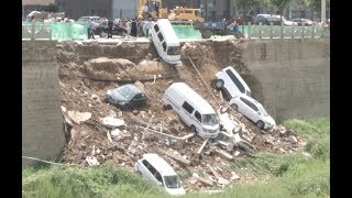 """""""فيديو"""" شاهد  لحظة سقوط مجموعة من السيارات في انهيار جدار في الصين"""