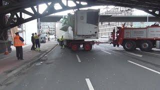 Schokoladen-LKW unter Brücke festgefahren in Köln-Deutz am 15.09.15