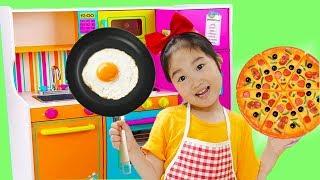 Boram font semblant de jouer à la cuisine en interne