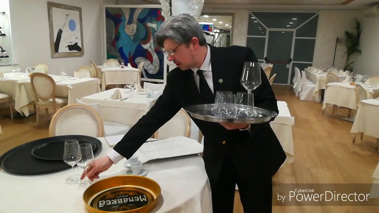 Come Portare I Piatti Cameriere.Come Si Porta Un Vassoio Youtube