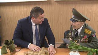 Ветеран Владимир Туров принимает поздравления со 100-летием