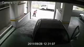 Parkhaus: Frau baut in einer Minute drei Unfälle