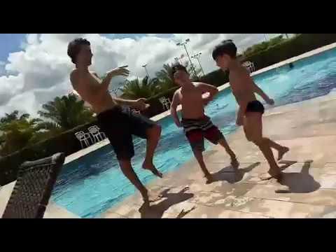 Hique Borba com seu amigo Bento: diversão na piscina!