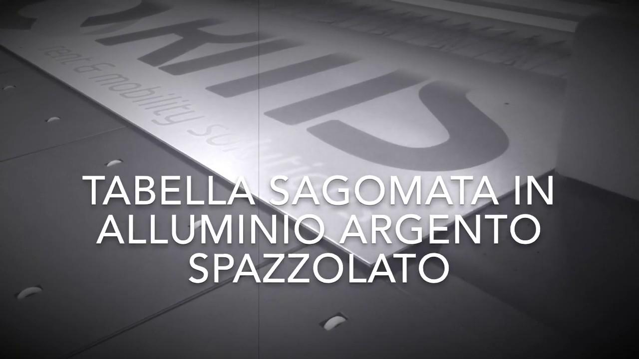 Tabella sagomata in alluminio spazzolato. Lettere a rilievo con distanziatori a scomparsa.
