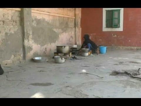 صومالي يطعم المشردين في مقديشو خلال شهر رمضان  - 11:23-2018 / 6 / 14