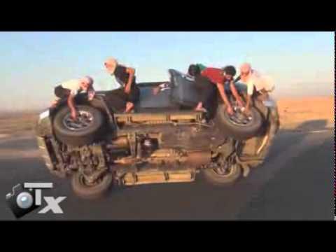 Verrückte Saudis: Reifenwechsel während der Fahrt
