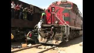 Camioneta queda prensada entre dos trenes en Amozoc thumbnail