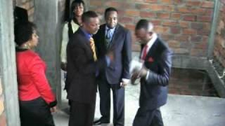 Baixar Dan Daniels du Nigeria visite l'immeuble Rehoboth à Kinshasa