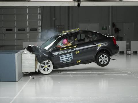 Фото к видео: 2007 Hyundai Accent moderate overlap IIHS crash test