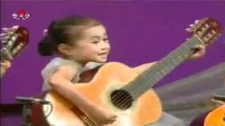 Dàn nhạc nhí chơi guitar - Orchestra kids to play guitar.