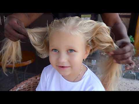 Алиса делает красивые ПРИЧЕСКИ в салоне красоты для детей !!