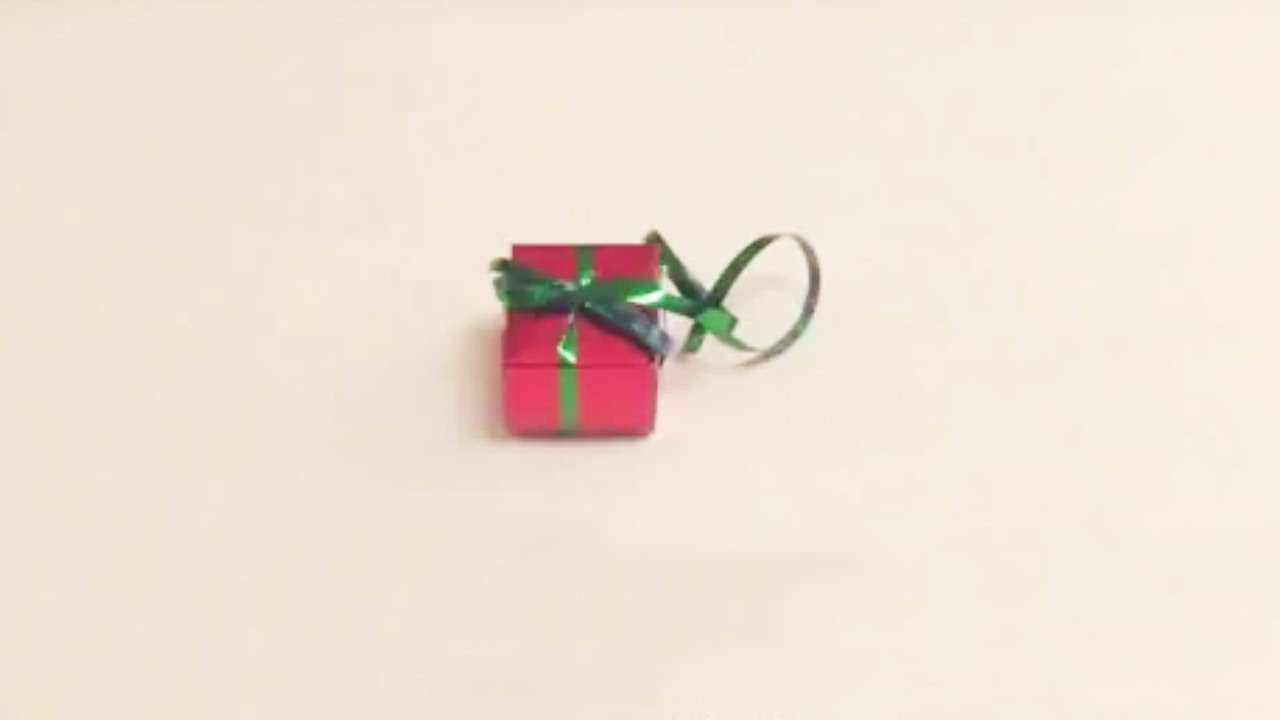 bricolage de no l fabriquer des petits cadeaux suspendre au sapin youtube. Black Bedroom Furniture Sets. Home Design Ideas