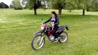 mi novia aprendiendo a andar en moto (xtz 125)