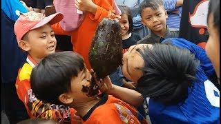 Lomba Mencabut Uang Koin dari Pepaya Dengan Gigi Agustusan RW 13 Cibeber Cimahi