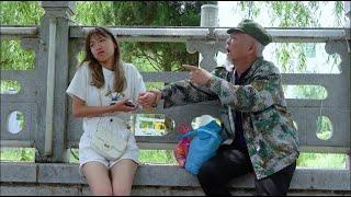 搞笑剧:第一次去男友家,路上遇见拾荒大爷,谁知他就是未来公公【谷哥喜劇】