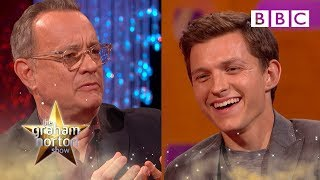 Tom Hanks geeft acteerles aan Tom Holland in The Graham Norton Show