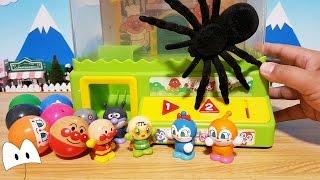 アンパンマン クレーンゲームで遊んだよ!クモが出現!仲間を助けるんだ!メロンパンナちゃん コキンちゃんドキンちゃんは大丈夫かな?アニメ&おもちゃ Miniature Toys thumbnail