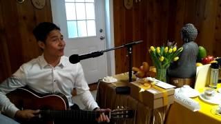 """Ca sĩ Thiền Vị hát bài """"Ơn Thầy"""" khi chơi đàn guitar tại Tu Viện Đạo Viên"""