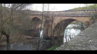 Río Arlanza en Covarrubias y monasterio  de San Pedro de Arlanza en Burgos,120 km de Miranda de Ebro