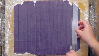 Раскатываем фиолетовое тесто и режем на полоски. Идеальный десерт для Инстаграма!